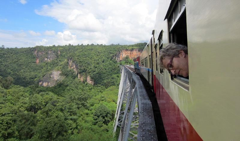 junamatka Myanmarissa gokteikin kanjonin ylitse